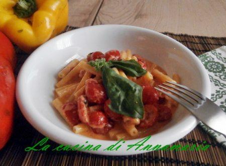 Pasta con crema di peperoni e pomodorini