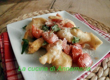 Bastoncini di pizza fritta con pomodori e rucola