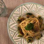 Spaghetti aglio, olio e peperoncino, zafferano thailandese e cavoletti di Bruxelles