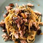 Spaghetti con sgombro fresco, pistacchi, aneto e scorza d'arancia