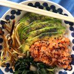 POKÈ🍚 – Riso jasmine, salmone, avocado, biete sfumate con salsa di soia, porri croccanti e semi