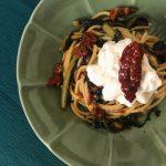 Spaghetti con cicoria, pomodori secchi e stracciatella