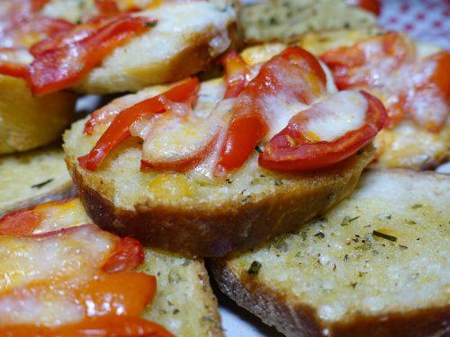 Crostini pizza con il pane avanzato