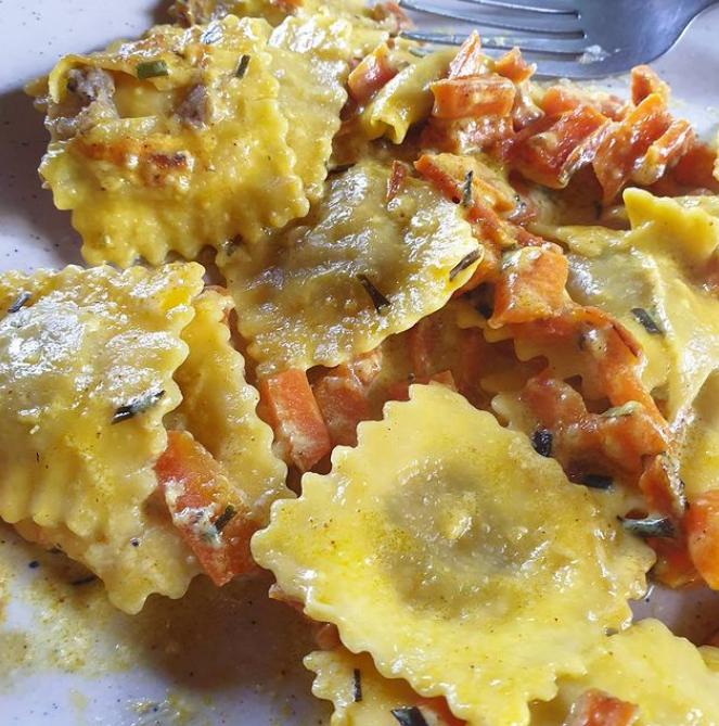 ravioli con carote, curry ed erba cipollina
