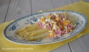 Asparagi al uova e prosciuttoAsparagi con uova e prosciutto