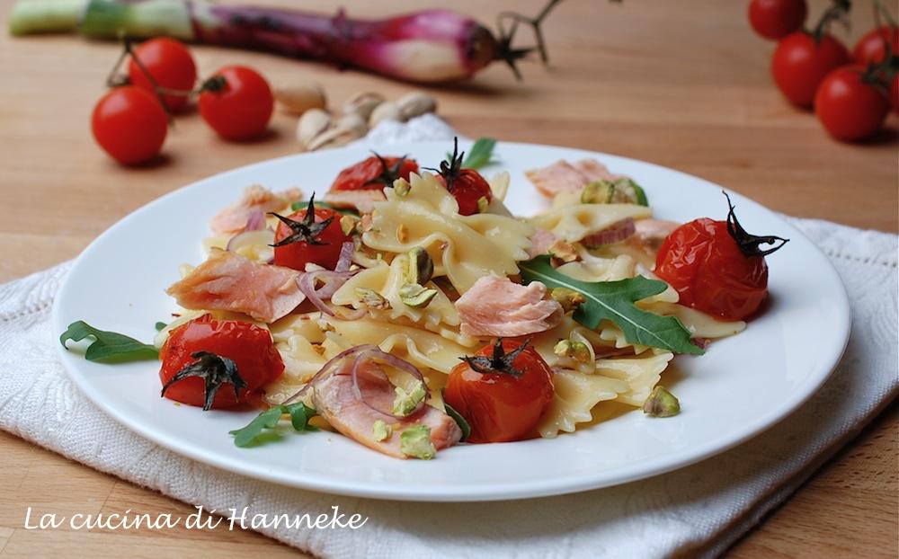 Insalata di pasta con salmone e pomodorini