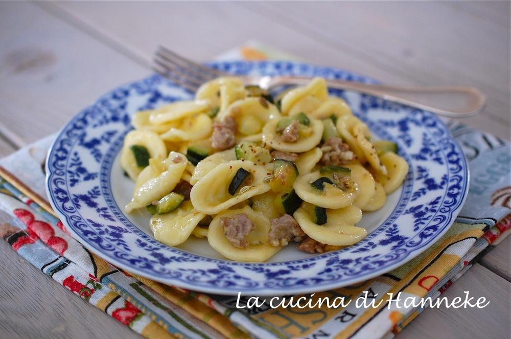 Una gustosa pasta con zucchine e salsiccia