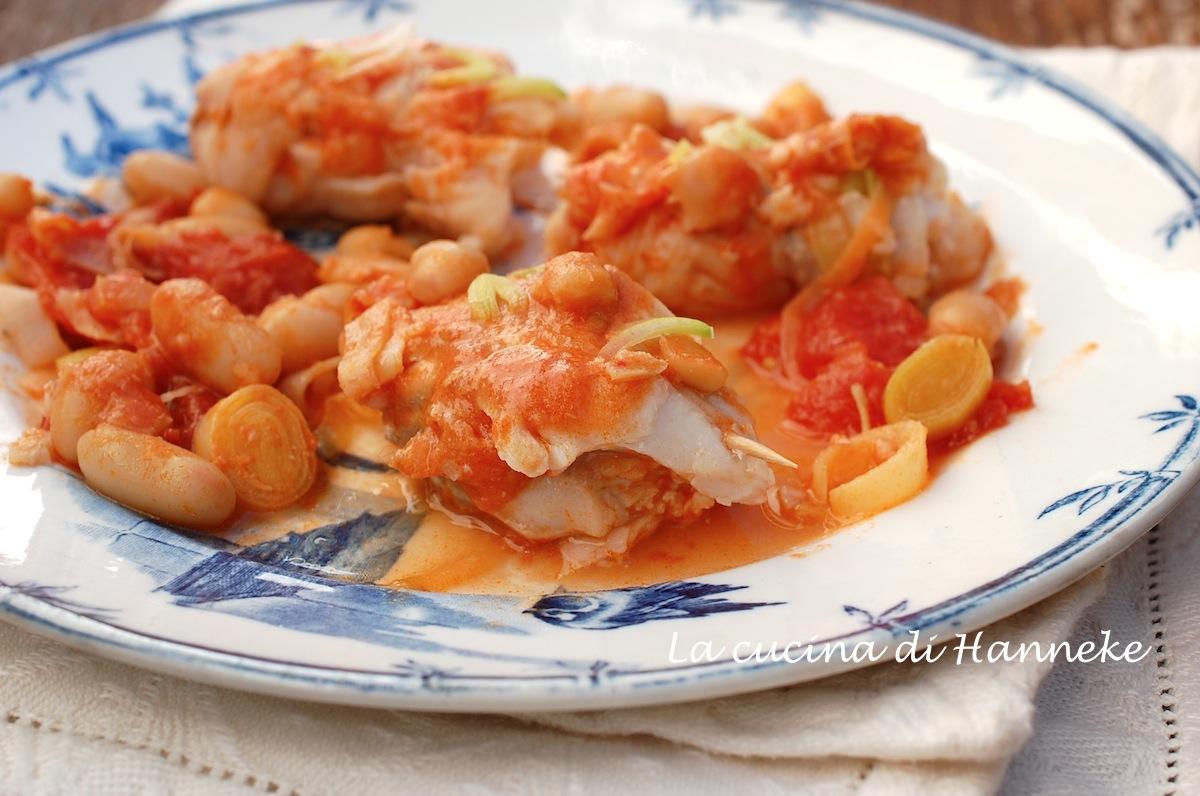 Involtini di pesce con pomodoro, cannellini e porri