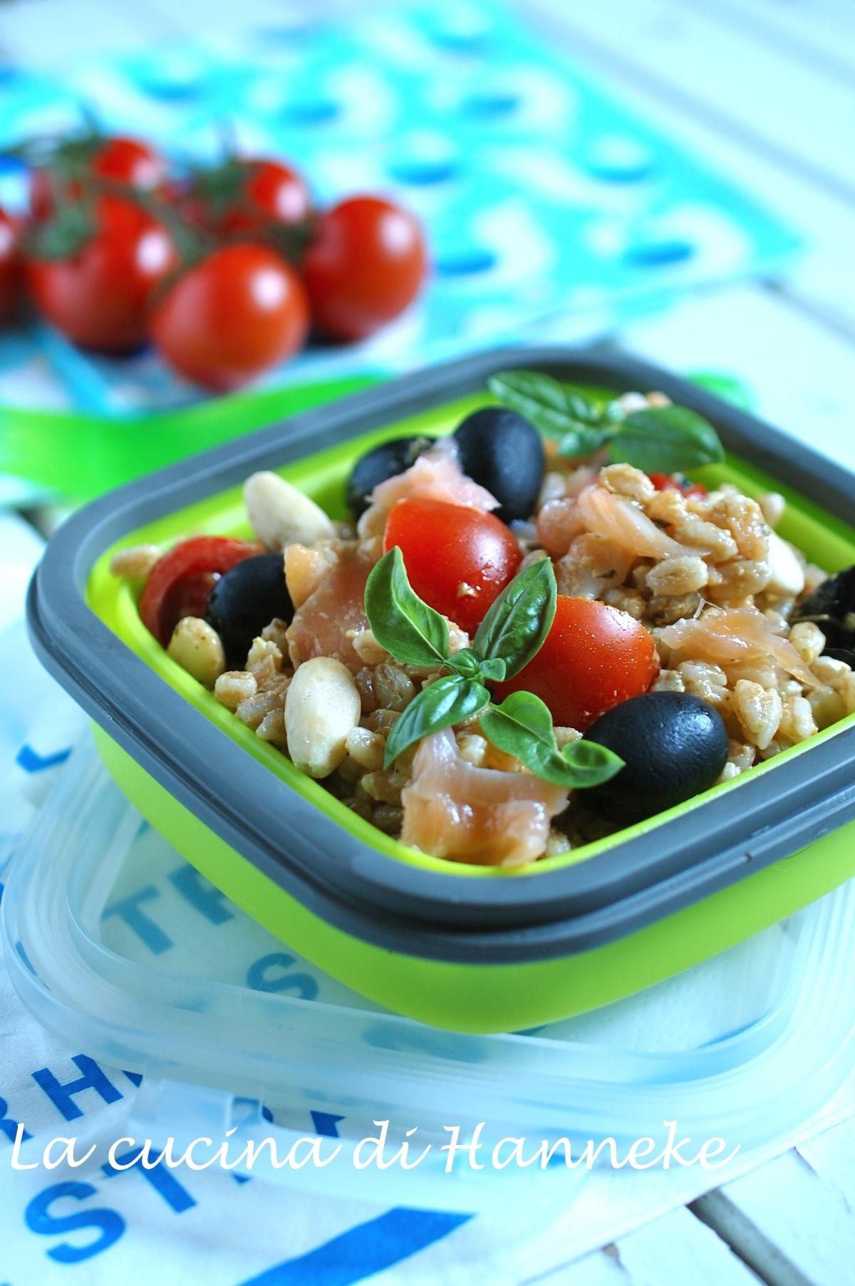 Insalata di farro e salmone pomodorini olive pesto mandorle