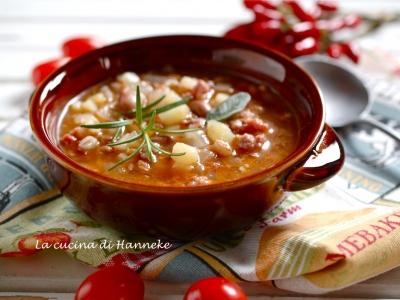 zuppa con legumi e cereali patate salsiccia salamella