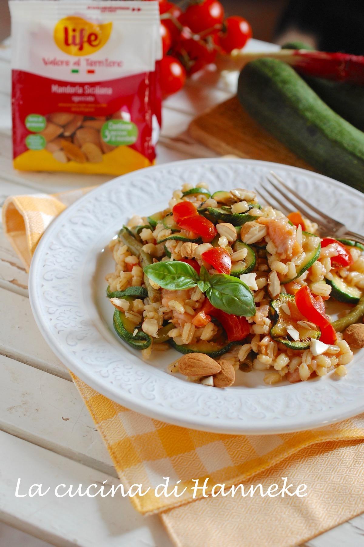insalata fredda con orzo verdure mandorle pomodorini fagiolini zucchine salmone