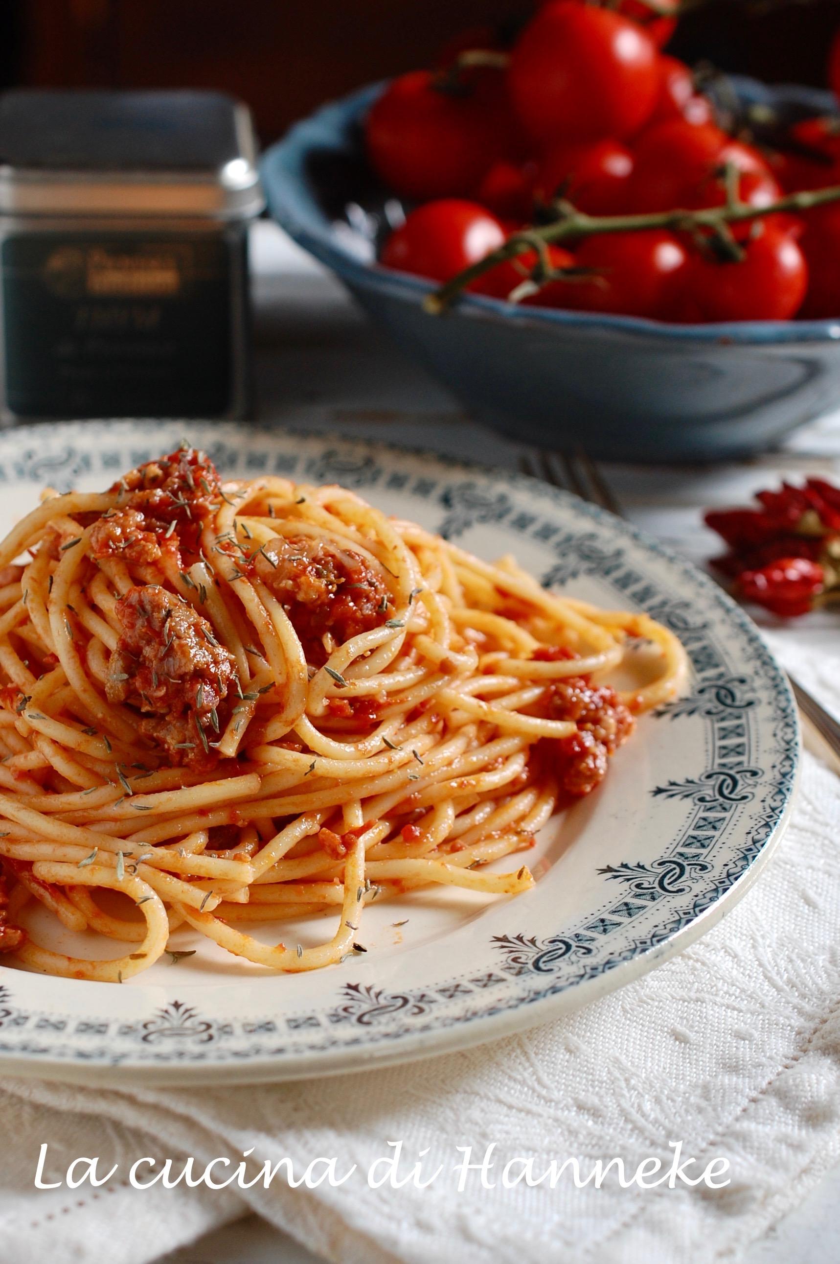pasta con ragù di salsiccia pomodoro salamella timo salsa