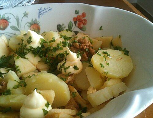 Insalata estiva di patate, mele noci