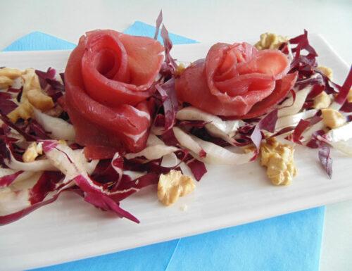 Rose di bresaola su letto di radicchio