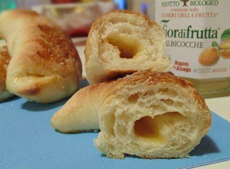 Brioches di pasta da pane alla marmellata