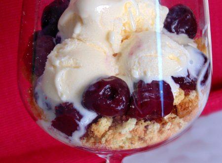Ciliegie in coppa con gelato
