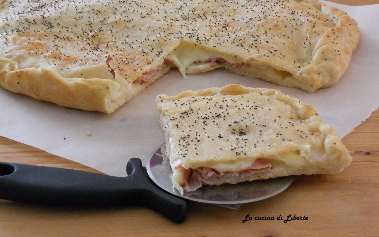 Focaccia farcita prosciutto e formaggio