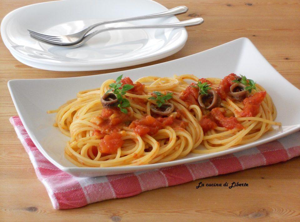 Spaghetti con pomodori e alici