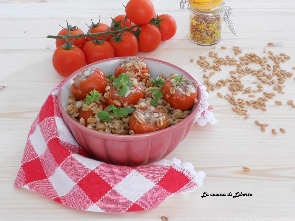 Insalata di farro fredda con pomodorini farciti