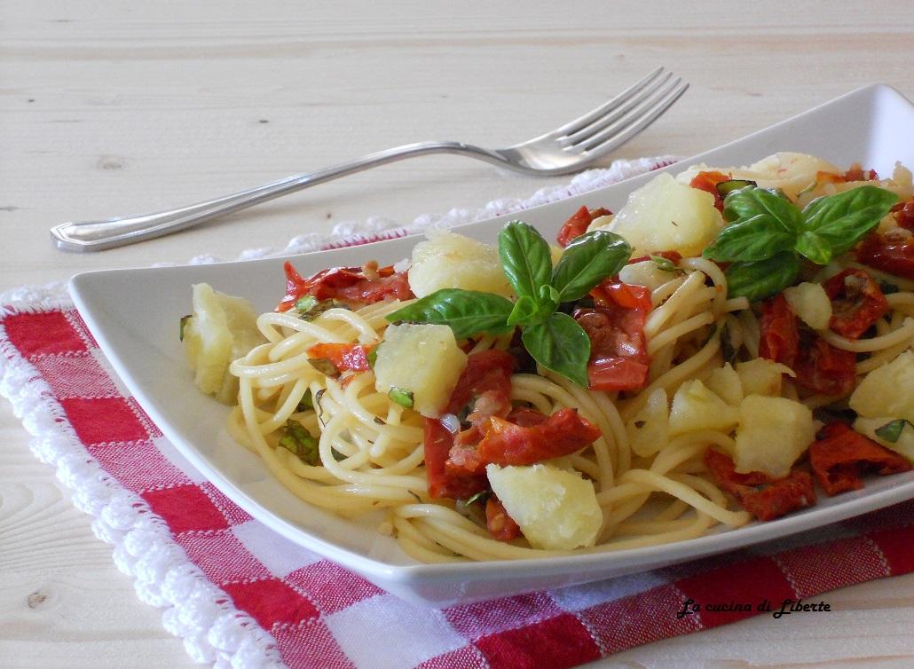 Pasta con pomodori secchi e patate