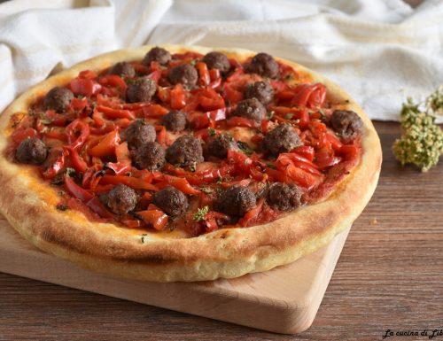 Pizza con peperoni e polpette