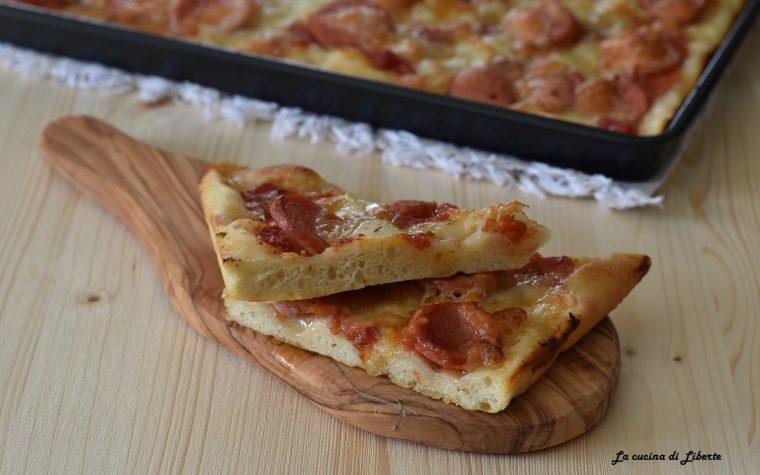 Pizza morbida in teglia con mozzarella