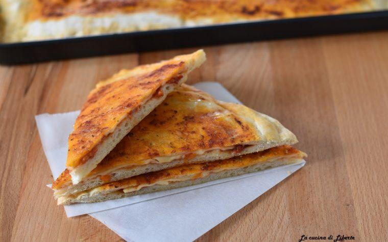 Focaccia ripiena con pomodoro e formaggio