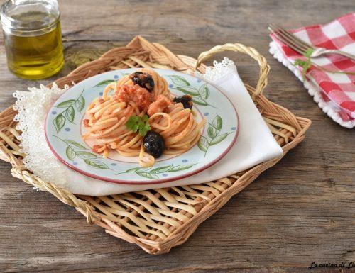 Pasta con il baccalà e olive nere