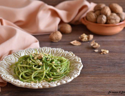 Spaghetti con pesto di spinaci e noci
