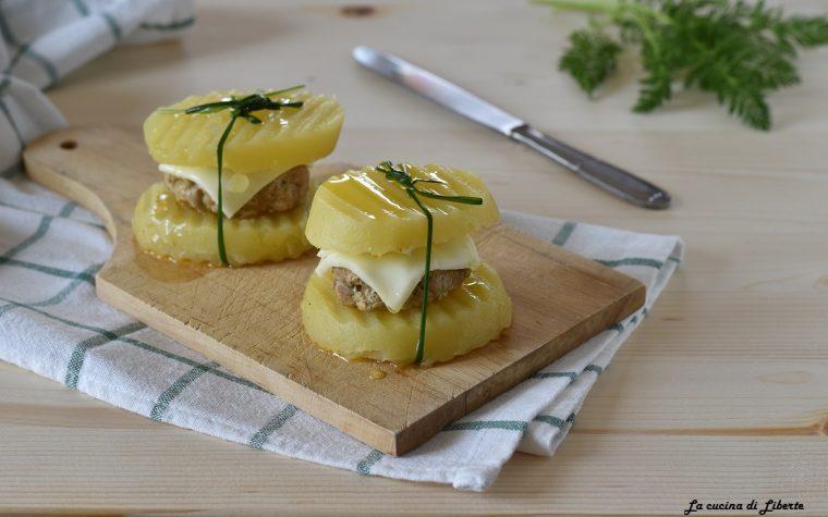 Patate lesse con hamburger di carne e formaggio