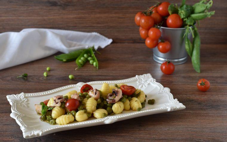Gnocchi con seppie, piselli e pomodorini