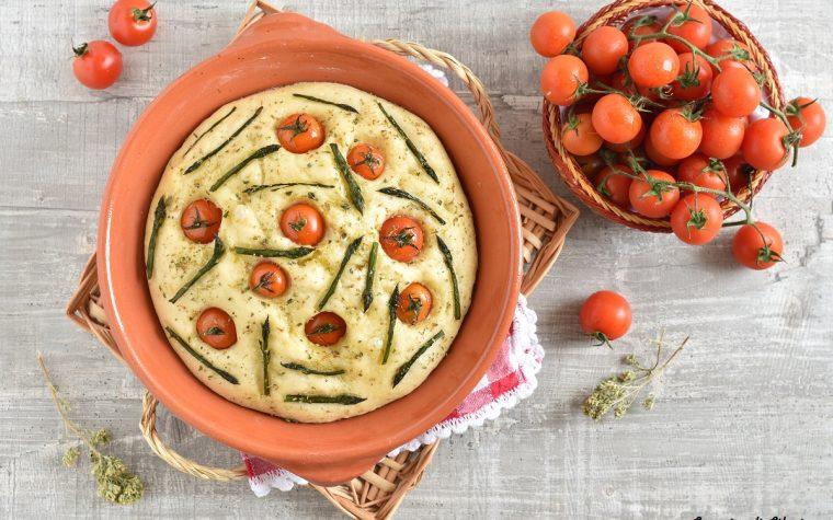 Ricetta per focaccia con asparagi e pomodorini