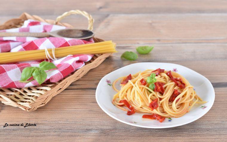 Pasta con peperoni e basilico