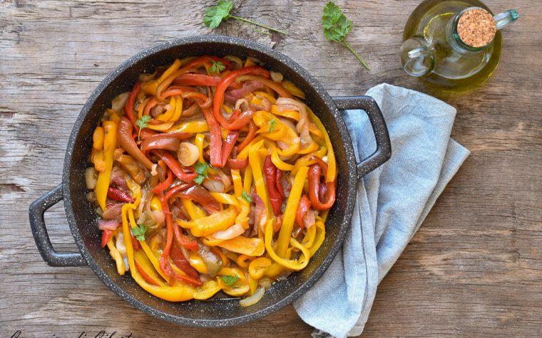 Peperoni e cipolle in padella