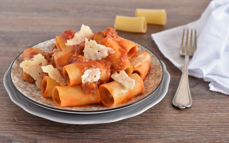 Pasta con cotechino e cialde di parmigiano