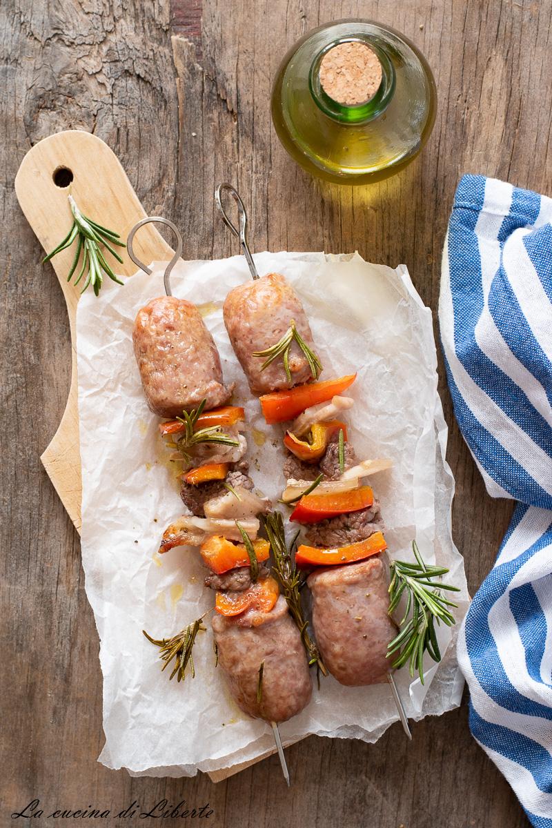 Spiedini di carne al forno con peperoni d