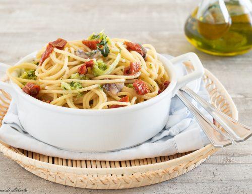 Pasta con broccoli e pomodori secchi