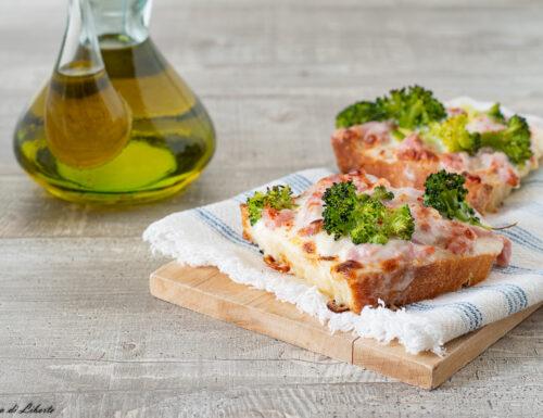 Crostini con stracchino e pancetta affumicata