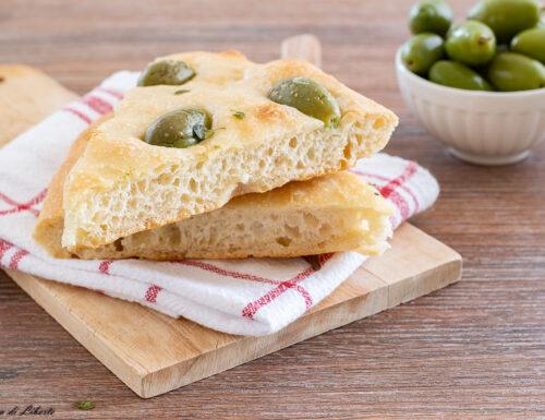 Focaccia con olive e origano