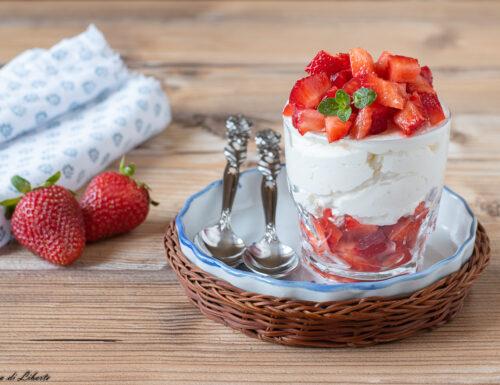 Coppa fragole e crema allo yogurt