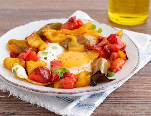 Peperoni e uova in padella