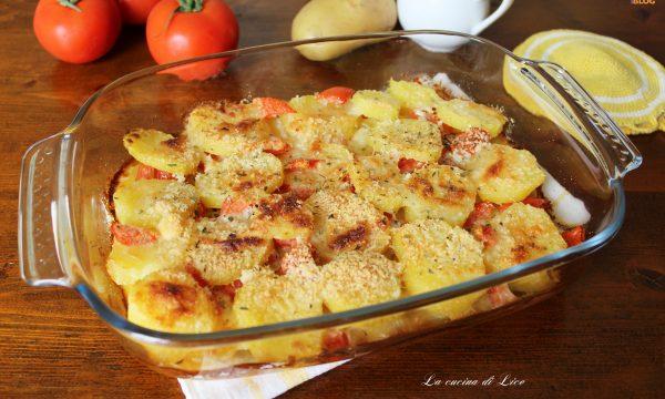 Pirofila di patate con pomodoro e pecorino