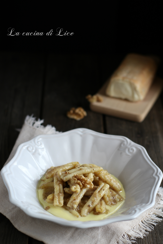 Caserecce con salsa di noci su fonduta di taleggio
