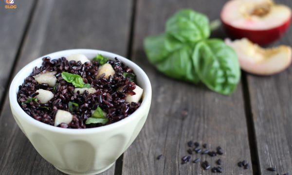 Insalata di riso venere con pesche e basilico