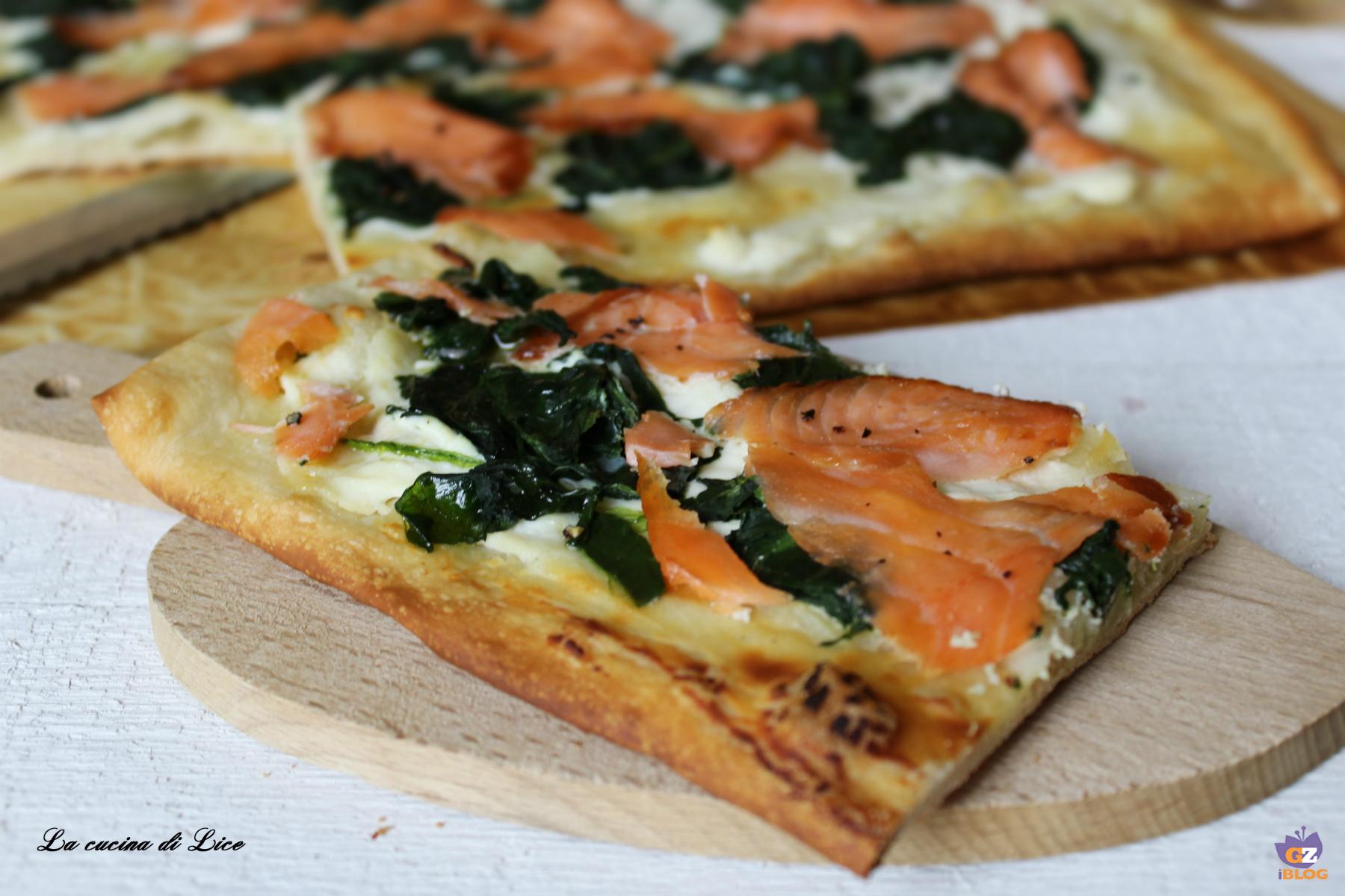 Pizza veloce con salmone, ricotta e spinaci