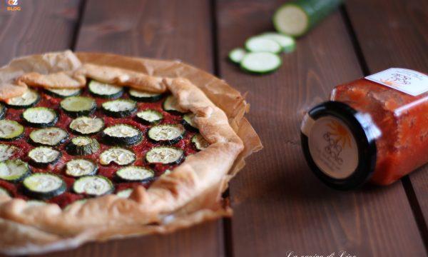 Torta salata con sugo gustoso e zucchine