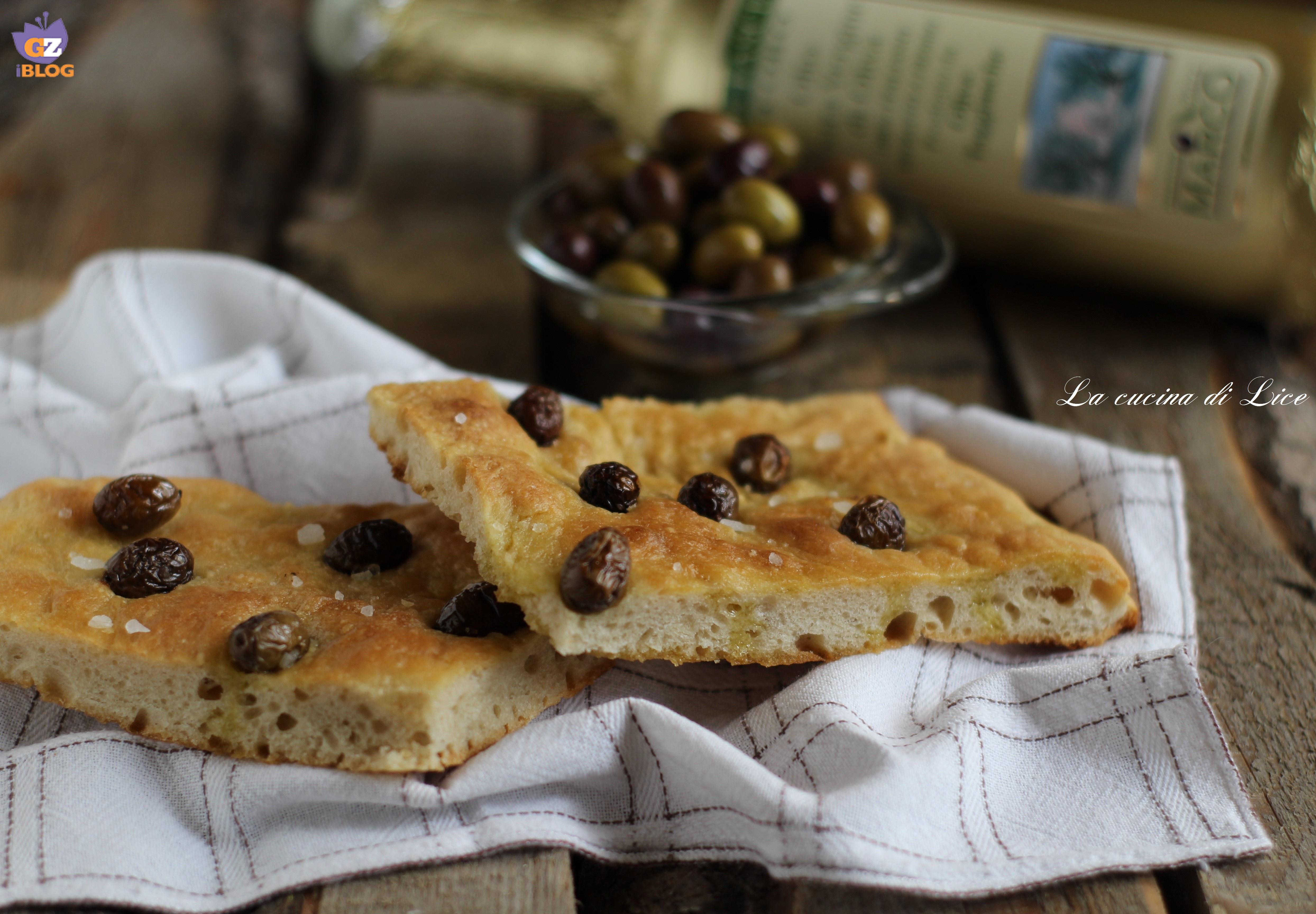 Focaccia con lievito madre alle olive taggiasche