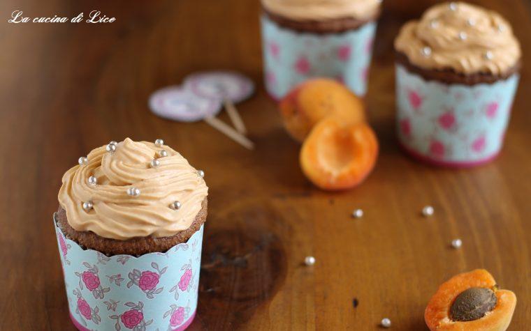 Cupcake al cioccolato con frosting all'albicocca