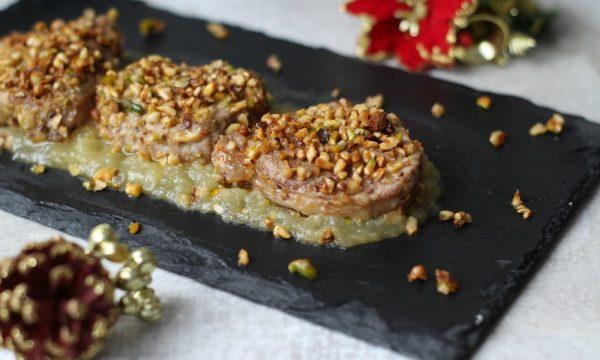 Filetto di maiale in crosta di pistacchi e nocciole su purea di mele
