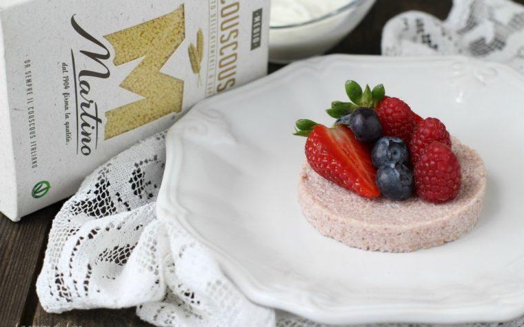 Dolce di couscous con yogurt greco  e frutti di bosco